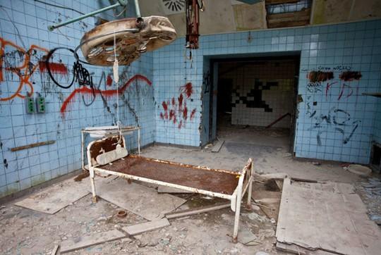 Khung cảnh hoang tàn bên trong bệnh viện. Ảnh: Flickr, Virates.com