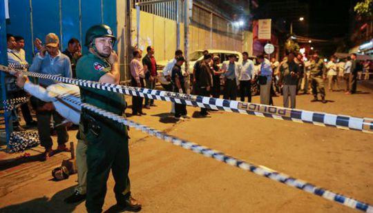Cảnh sát Campuchia điều tra hiện trường vụ nổ lựu đạn tối 6-9. Ảnh: Siv Channa, Heng Chivoan