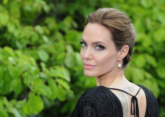 Angelina Jolie cố gắng giữ các con hạnh phúc