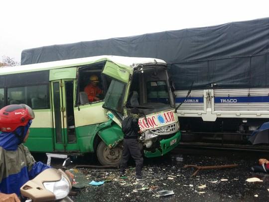 Chiếc xe buýt bị hư hỏng nặng phần đầu
