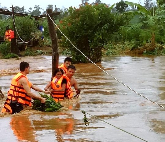Bộ đội biên phòng đang giải cứu các nạn nhân - Ảnh cơ quan chức năng cung cấp