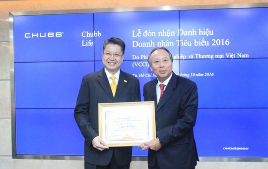 Đại diện Chubb Life Việt Nam đón nhận danh hiệu Doanh nhân Tiêu biểu 2016