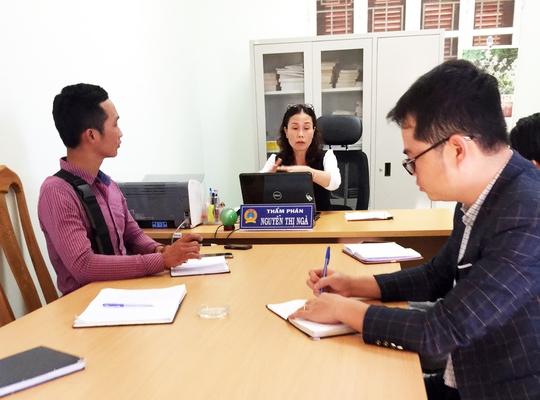 Bà Ngà đang trao đổi vụ việc với phóng viên - Ảnh: Hải Nam