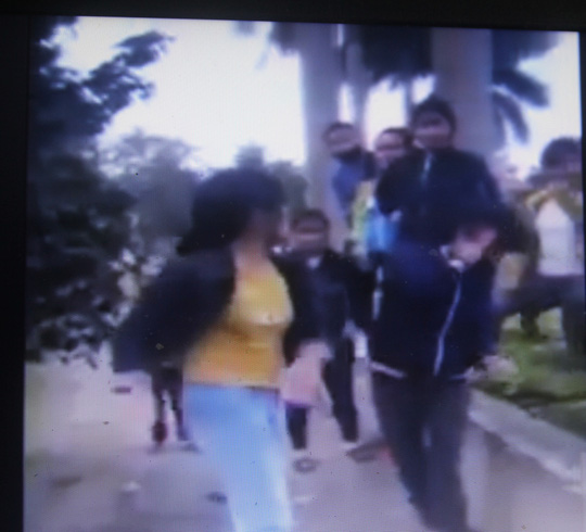 Ảnh nữ sinh lớp 10 bị đánh đập dã man. Ảnh chụp từ clip