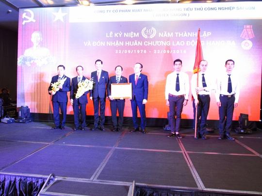 Ông Lê Văn Cành- Tổng giám đốc Artex Saigon (người thứ tư bên trái) đón nhận huân chương lao động hạng ba