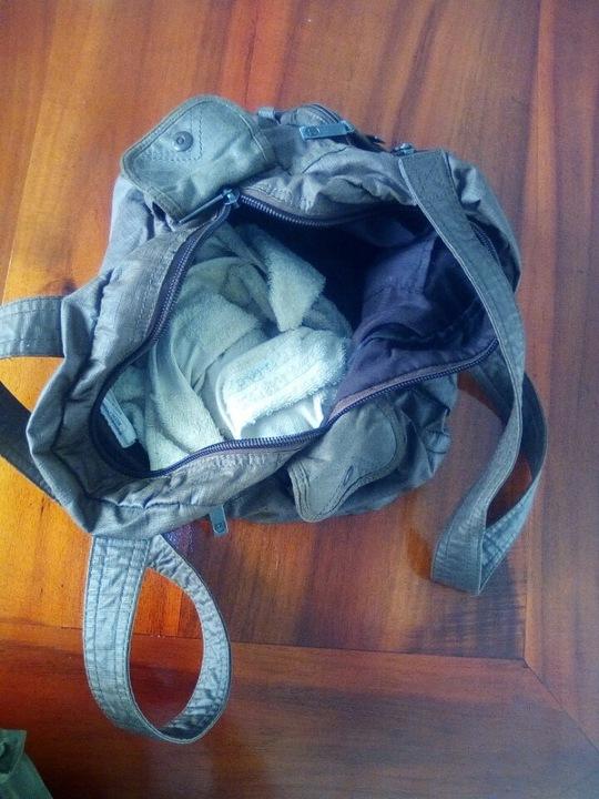 Bé gái bị bỏ lại và chiếc giỏ sách đựng bé - Ảnh: Cơ quan chức năng cung cấp