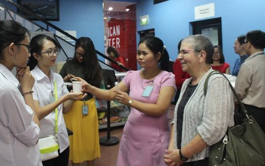 Nữ văn sĩ Nancy (bìa phải) trò chuyện với các bạn học sinh và thầy cô trước buổi thảo luận