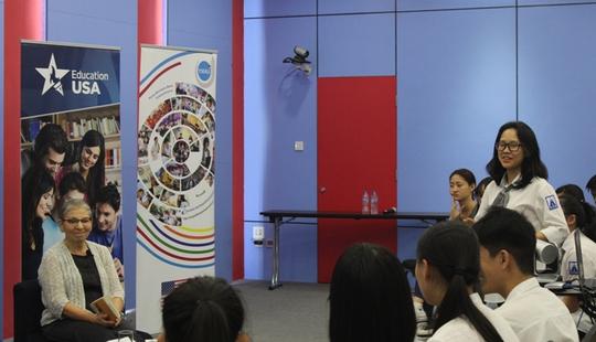 Nữ nhà văn Mỹ nổi tiếng trò chuyện với học sinh Việt Nam