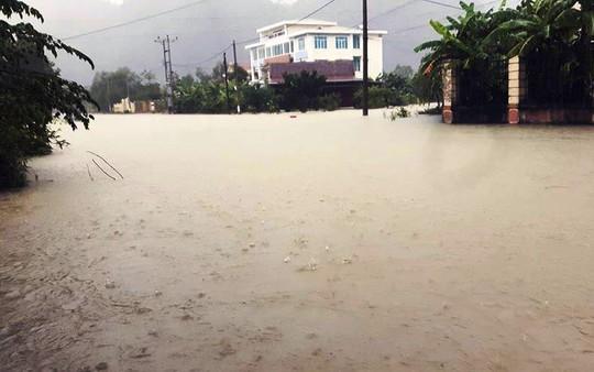 Nước ngập toàn bộ thị trấn Quy Đạt (huyện Minh Hóa)