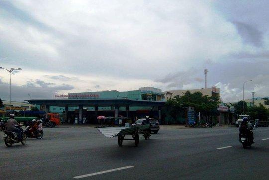 Xe bò chở tôn qua đường quá nguy hiểm