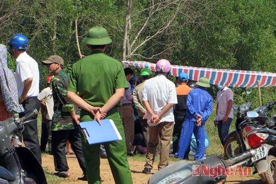 Lực lượng chức năng phong tỏa hiện trường nơi phát hiện thi thể ông Vũ Trọng - Ảnh: Báo Nghệ An