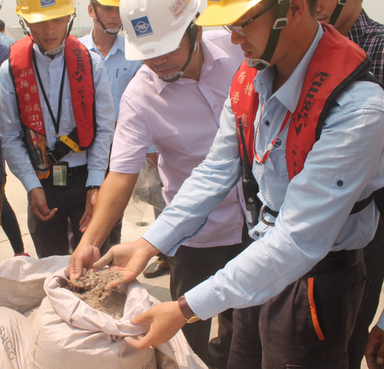 Lực lượng chức năng kiểm tra bauxite nhập về cảng Sơn Dương - Ảnh: Đ. Hùng