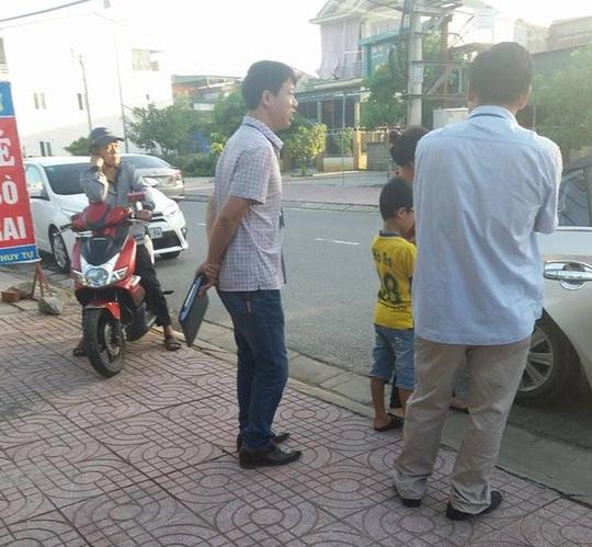 Cán bộ thuế phường Bắc Hà đứng hàng ngang trước quán để truy thu thuế - Ảnh: Hiếu Đình