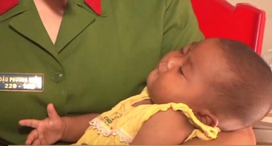 Cơ quan công an bào giao bé gái cho Trung tâm BTXH chăm sóc.