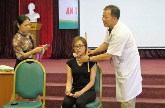 Bác sĩ BV Bạch Mai hướng dẫn sơ cứu vết thương mạch máu gây chảy máu ồ ạt Ảnh: NGỌC DUNG