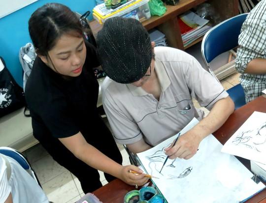 Bạn Trần Thị Thanh Hiếu, sinh viên năm 3 ngành sư phạm mỹ thuật Trường ĐH Sài Gòn, đang hướng dẫn cho một bệnh nhân từng là một nhiếp ảnh gia nhưng phải bỏ nghề sau một tai biến về não