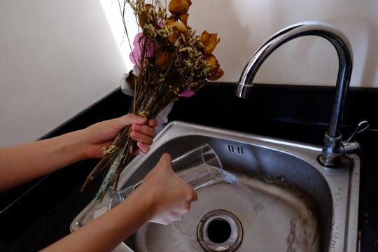 Nên thay nước bình hoa hằng ngày để tránh… tiếp tay cho lăng quăng Ảnh: HOÀNG TRIỀU