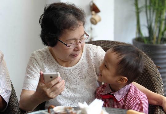 Trẻ được người lớn thường xuyên trò chuyện, chơi đùa sẽ phát triển khả năng ngôn ngữẢnh: HOÀNG TRIỀU
