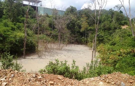 Hồ chứa bùn thải nằm dưới chân một nhà xưởng