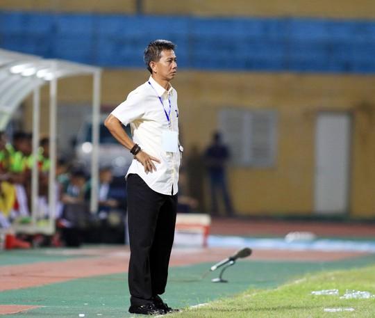 HLV Hoàng Anh Tuấn không chỉ giống HLV Miura ở việc chọn lựa lối chơi mà còn cả cách trao băng đội trưởng