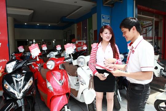 Khách hàng có thể vay trả góp mua xe máy từ Home Credit với lãi suất 0%