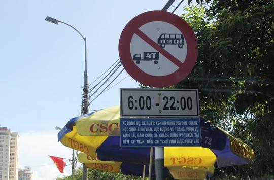 Biển cấm xe tải trên đường.