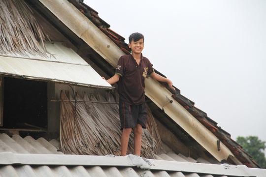 Trẻ em phải trèo lên mái nhà tránh lũ