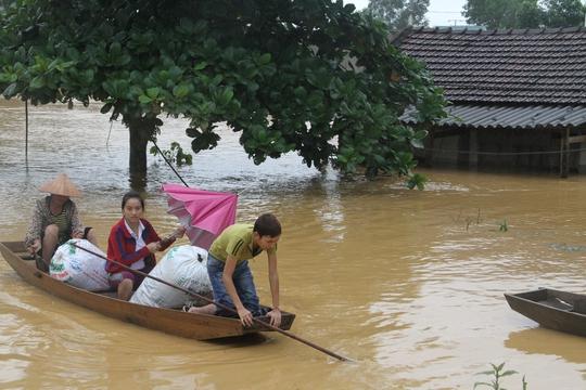Sáng ngày 16-10 nhiều nhà dân ở huyện Hương Khê vẫn bị nước lũ cô lập.