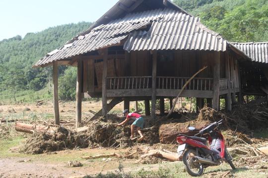 Người dân tìm kiếm vật dụng, tài sản bị nước lũ cuốn trôi