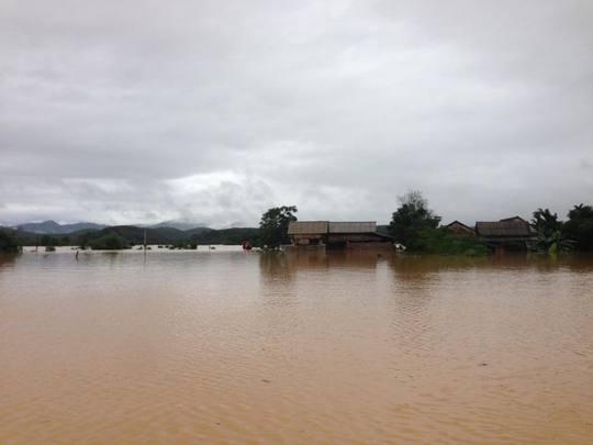 Hàng trăm căn nhà chìm trong biển nước