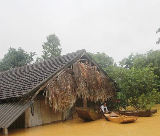 Nhiều nhà dân ở huyện Hương Khê ngập trong nước lũ 2-3m.