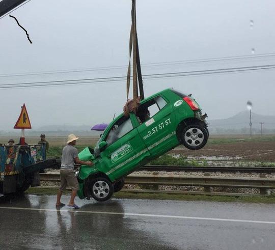 Xe taxi hư hỏng nặng sau khi bị tàu hỏa tông