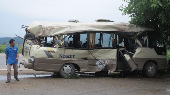 Xe khách dập nát sau vụ tai nạn