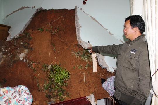 Căn của bà Nguyễn Thị Khiêm bị khối đất đè xuống gây hư hại nghiêm trọng.