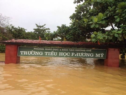 Trường học xã Phương Mỹ ngập chìm trông nước lũ.