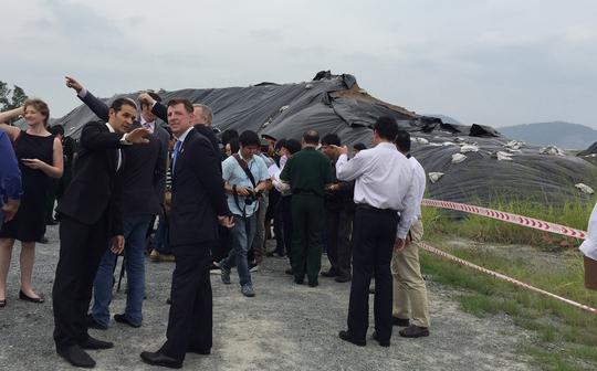 Các chuyên gia của Cơ quan phát triển Quốc tế Mỹ khảo sát khu vực xử lý dioxin tại sân bay Đà Nẵng