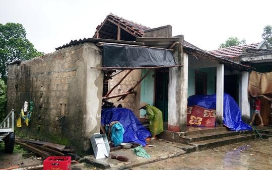 Cơn lốc xoáy đã khiến hàng chục căn nhà ở xã Lộc Ninh bị tốc mái, hư hỏng.