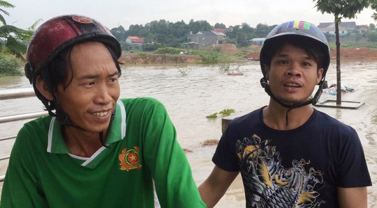 Anh Đạt (phải) và anh Đang, hai người đã lao xuống dòng nước cứu chị Tuyền Ảnh: ĐỖ TRƯỜNG
