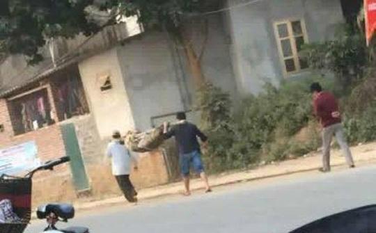 Hình ảnh 2 người đàn ông khiêng thi thể trên đường ở tỉnh Hoà Bình gây xôn xao dư luận (nguồn: facebook)