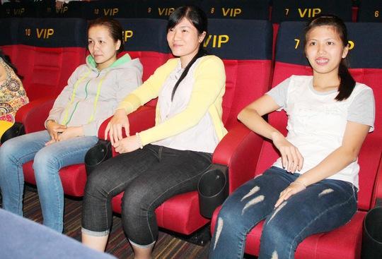 """Công nhân hào hứng thưởng thức bộ phim """"49 ngày"""" tại Galaxy Nguyễn Du, quận 1, TP HCM sáng 9-10"""