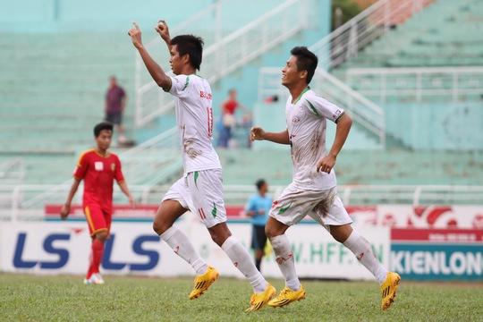 Một trận đấu của CLB Bóng đá TP HCM (áo trắng) tại Giải Hạng nhất Ảnh: HOÀNG TRIỀU
