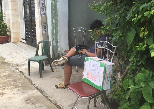 Hàng xóm quyên góp tiền để giúp đỡ gia đình ông Nhân
