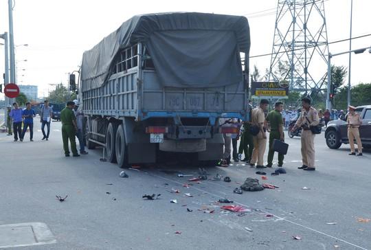 Chiếc xe máy bị vỡ thành từng mảnh sau va chạm với xe tải