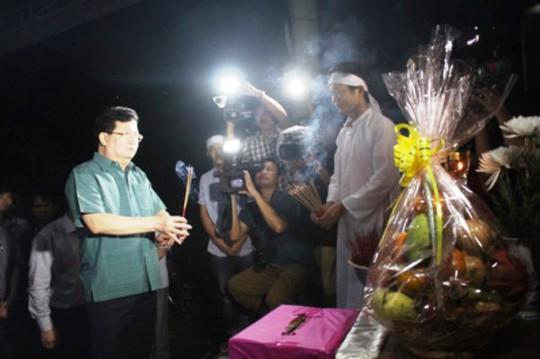 Phó Thủ tướng Trịnh Đình Dũng đến thắp hương, chia sẻ mất mát với gia đình nạn nhân Lê Văn Thân