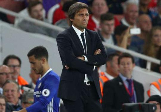 HLV Conte trầm ngâm nhìn Chelsea thua thảm
