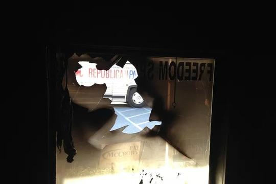 Cửa sổ văn phòng Đảng Cộng hòa ở Bắc Carolina bị hư hại. Ảnh: AP