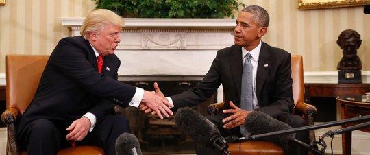 Nét mặt gượng gạo của ông Trump và ông Obama khi bắt tay. Ảnh: AP