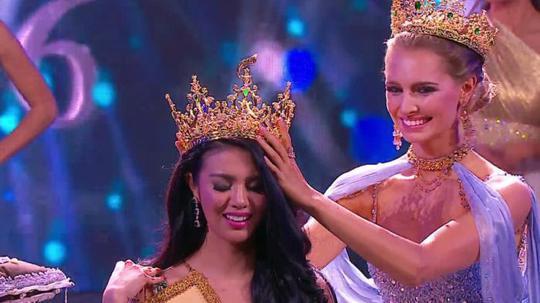 Tân Hoa hậu Hòa bình quốc tế trong khoảnh khắc đăng quang