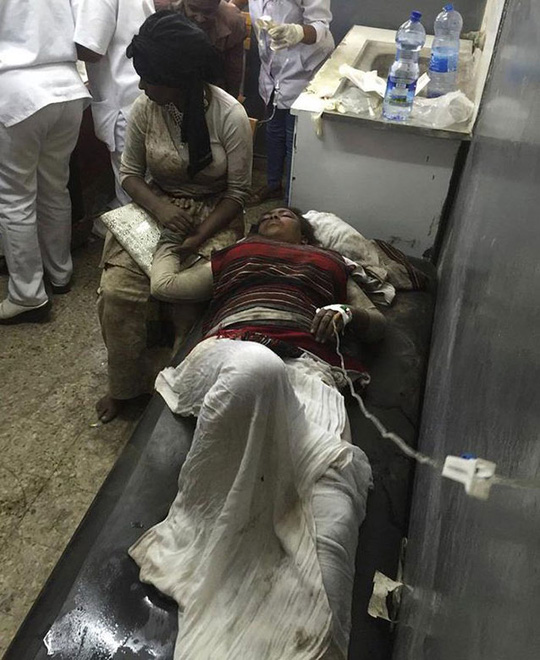 Một phụ nữ bị thương trong vụ giẫm đạp. Ảnh: AP