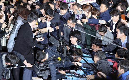 Luật sư của bà Choi cho biết đã yêu cầu các nhà điều tra hoãn lệnh triệu tập 1 ngày để bà có thời gian nghỉ ngơi. Ảnh: AP